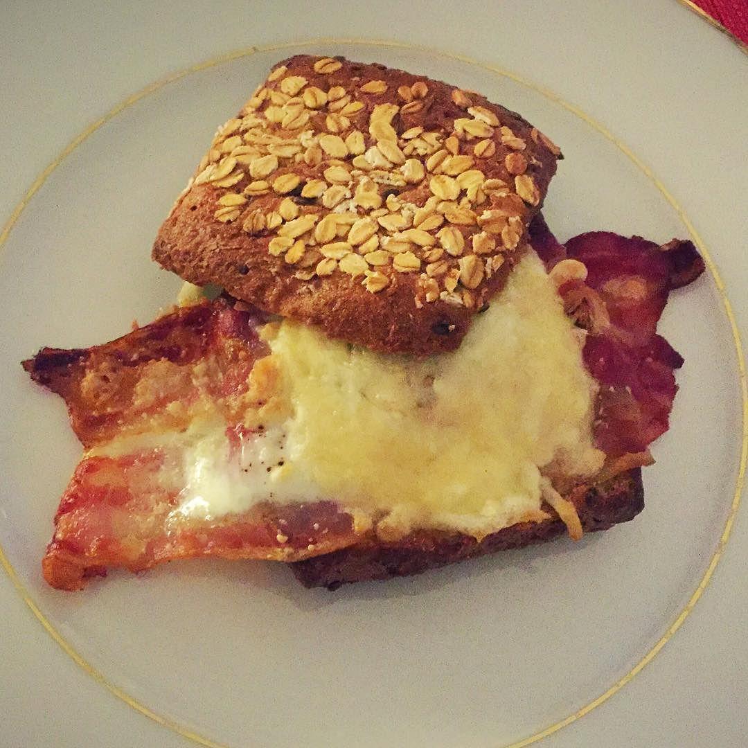 Eiweißbrötchen gefüllt mit Bacon und Ei und überbacken mit Parmesan und Käse  #ei #egg #eggs #bacon #baconandeggs #cheese #cheesy #parmesan #eiweiß #eiweissbrot #lowcarb #healthycooking #würzburg #healthyeating #highprotein #food #foodporn #foodie #foodgasm #foodstagram #foodpics #instagood #instadaily #instafit #lecker #awesome #dinner #yummy #hungry #yum by guitarjani