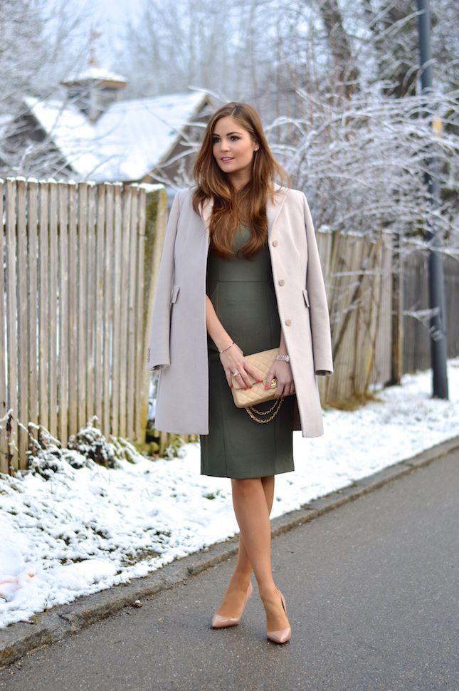 eb5772be87 nude coat over gray dress Business Frauen, Maniküre Ideen, Frauen Outfits,  Modetrends,
