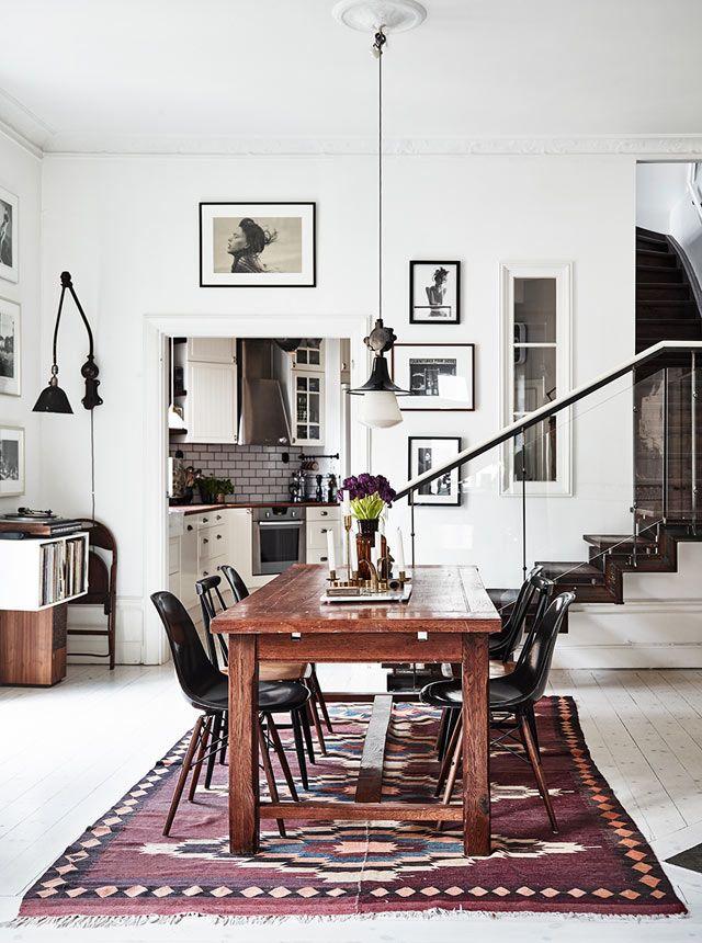 Schönes Esszimmer In Weiß Mit Dunklen Möbel: Holz, Schwarz Und Einem Tollen  Violetten Teppich.