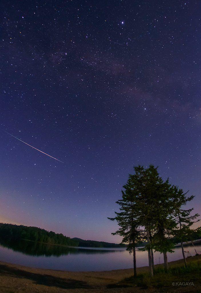 """KAGAYAさんのツイート: """"流星群を追って北緯44度、北海道北部にきました。ここではペルセウス座が本州より高く、夕暮れから流星が見られるのです。写真は先ほど20:15に撮影したペルセウス座流星群の流星です。すでにたくさん飛んでいます。 https://t.co/FFJDGdfKJZ"""""""