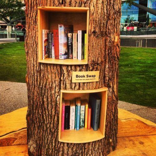 Bucherregale Im Baum Tolle Idee Bookshelves In A Tree Great Idea Baum Bucherregal Bucherregal Regal