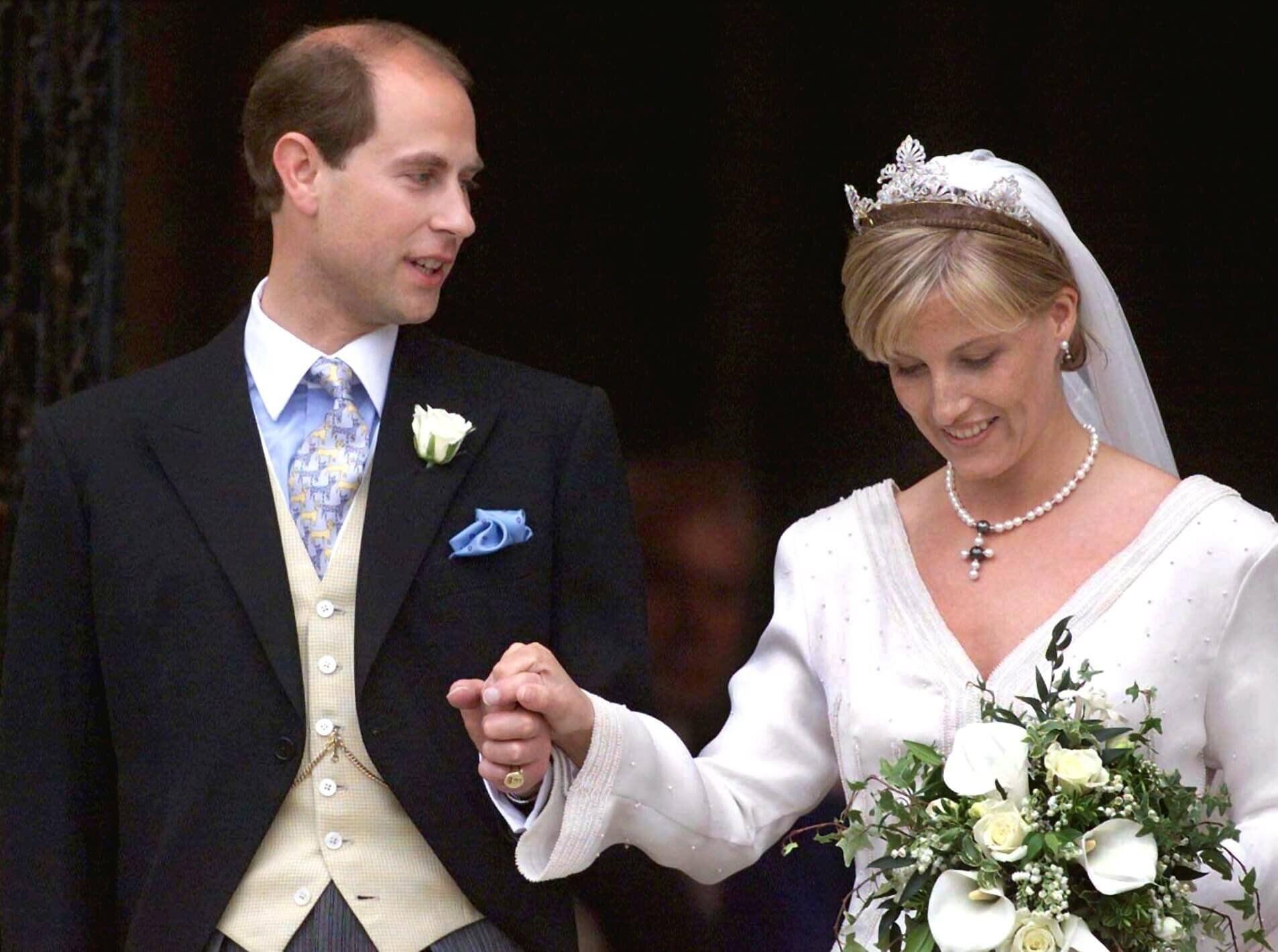 Prinz Edward Seine Schragsten Krawatten In 2020 15 Hochzeitstag Romantische Gesten Konigliche Familie