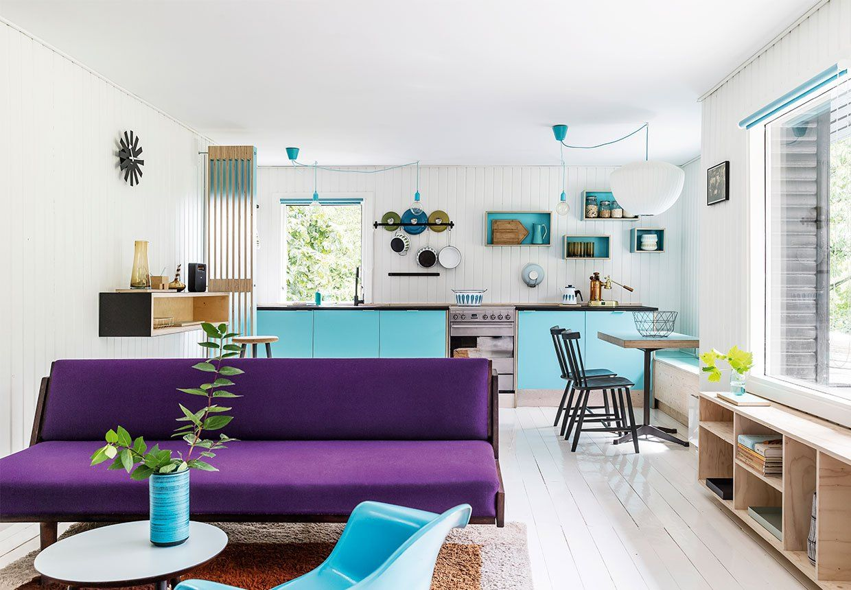 Holiday cottage design in denmark with violet and sky blue for Interni colorati casa