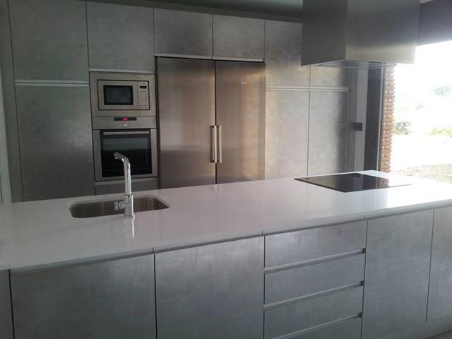 Una cocina elegante y bien diseñada de kitchen sukaldeak. #cocinas ...