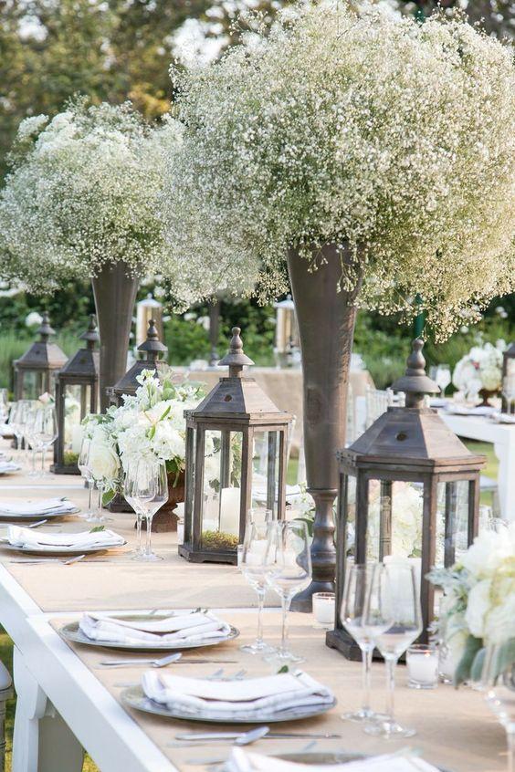 Decoraciones de mesa con baby's breath intercalados con faroles alucinantes. Centros de mesa para boda simples, económicos y hermosos.