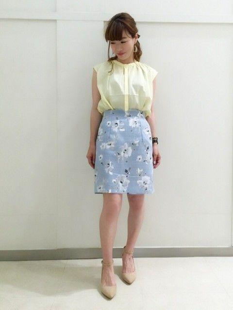5a4a3f04a6e 花柄の水色スカートでフェミニンに   水色スカート   水色 スカート、花 ...