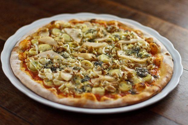 Pizza de gorgonzola com lascas de pera, nozes e alho-poró - Receitas - GNT