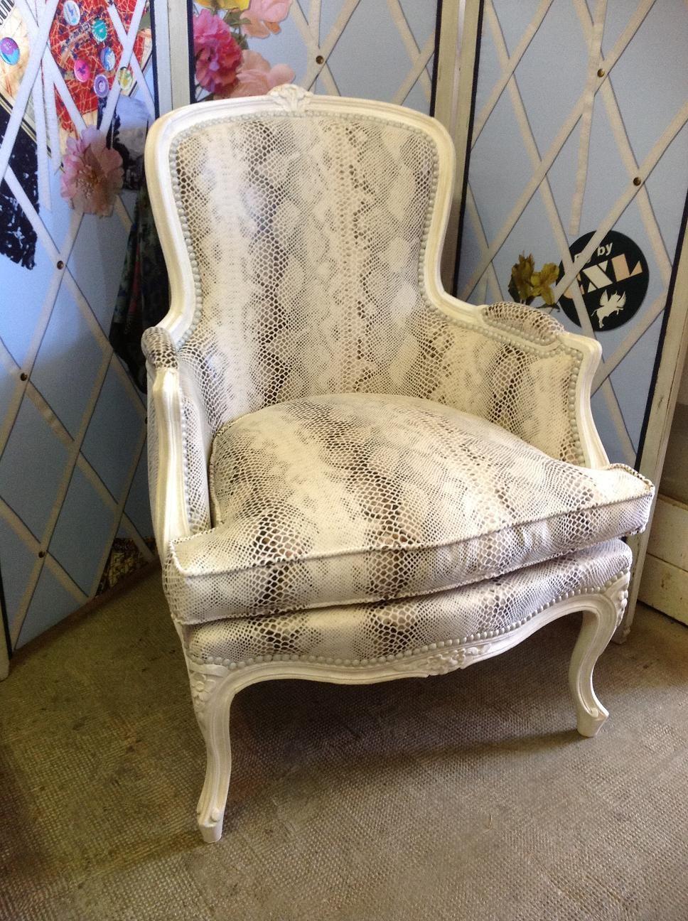 Refection Complete A L Ancienne D Une Bergere Regence Decapage Boiserie Laque Boiserie Canape Chaise