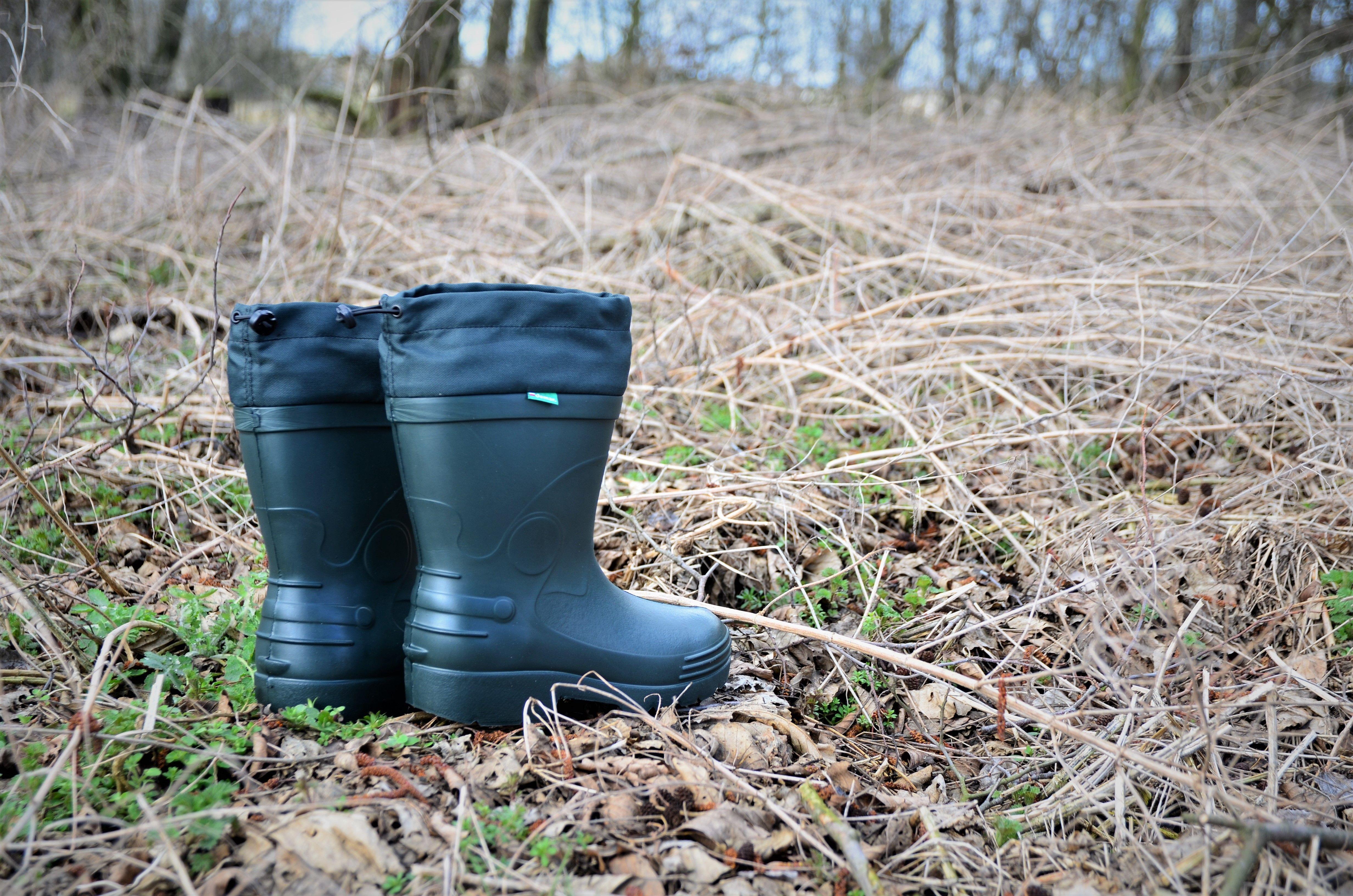 Stojac Przed Wysokimi Trawami Chaszczami Czy Jak Je Tam Zwal Wiesz Ze Gdyby Nie Sciagacz W Butach Sam Do Domu Bys Nie W Rubber Rain Boots Rain Boots Boots