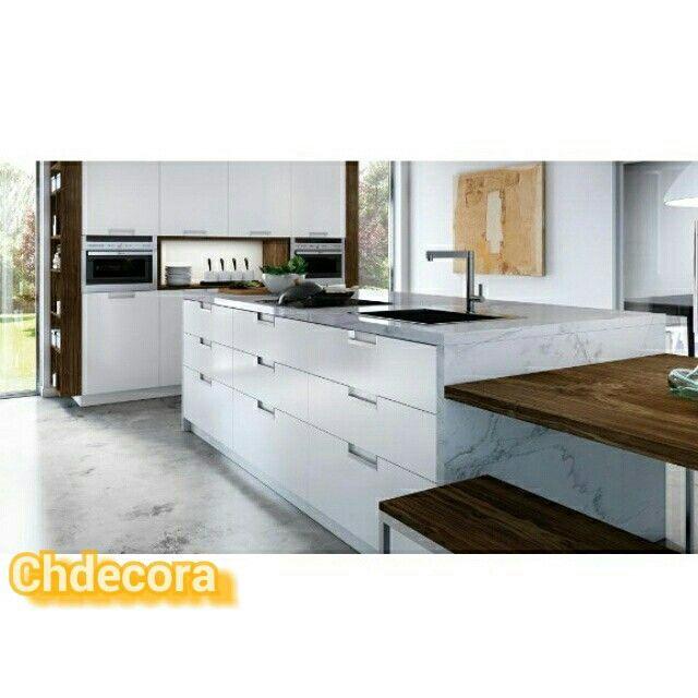 Cocina en blanco lacado sin tiradores con encimera de for Encimera imitacion marmol