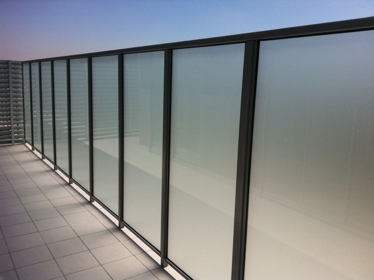 Fully Framed Glass Privacy Screen Sichtschutz Glas Balkon