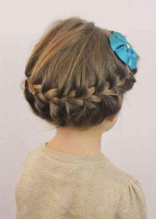 coiffure petite fille aux cheveux attachés