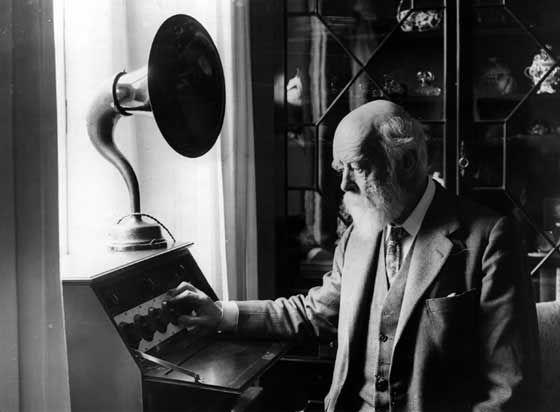 """Historia de la radio: -1873: """"La teoría dinámica del campo electromagnético"""" James Maxwell -1888: Heinrich Rudolf Hertz, manera artificial dichas ondas electromagnéticas."""