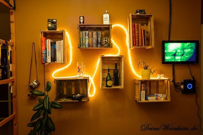Weinkisten (mit Anti-Holzwurm-Wärmebehandlung) an Wand aufgehängt - küchenregal mit beleuchtung