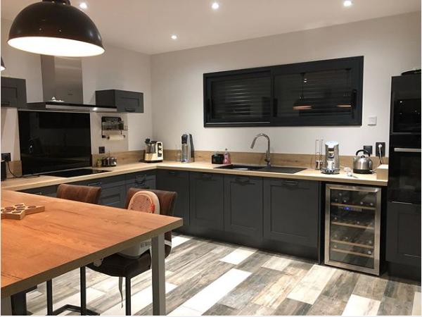 grande cuisine gris et bois avec porte