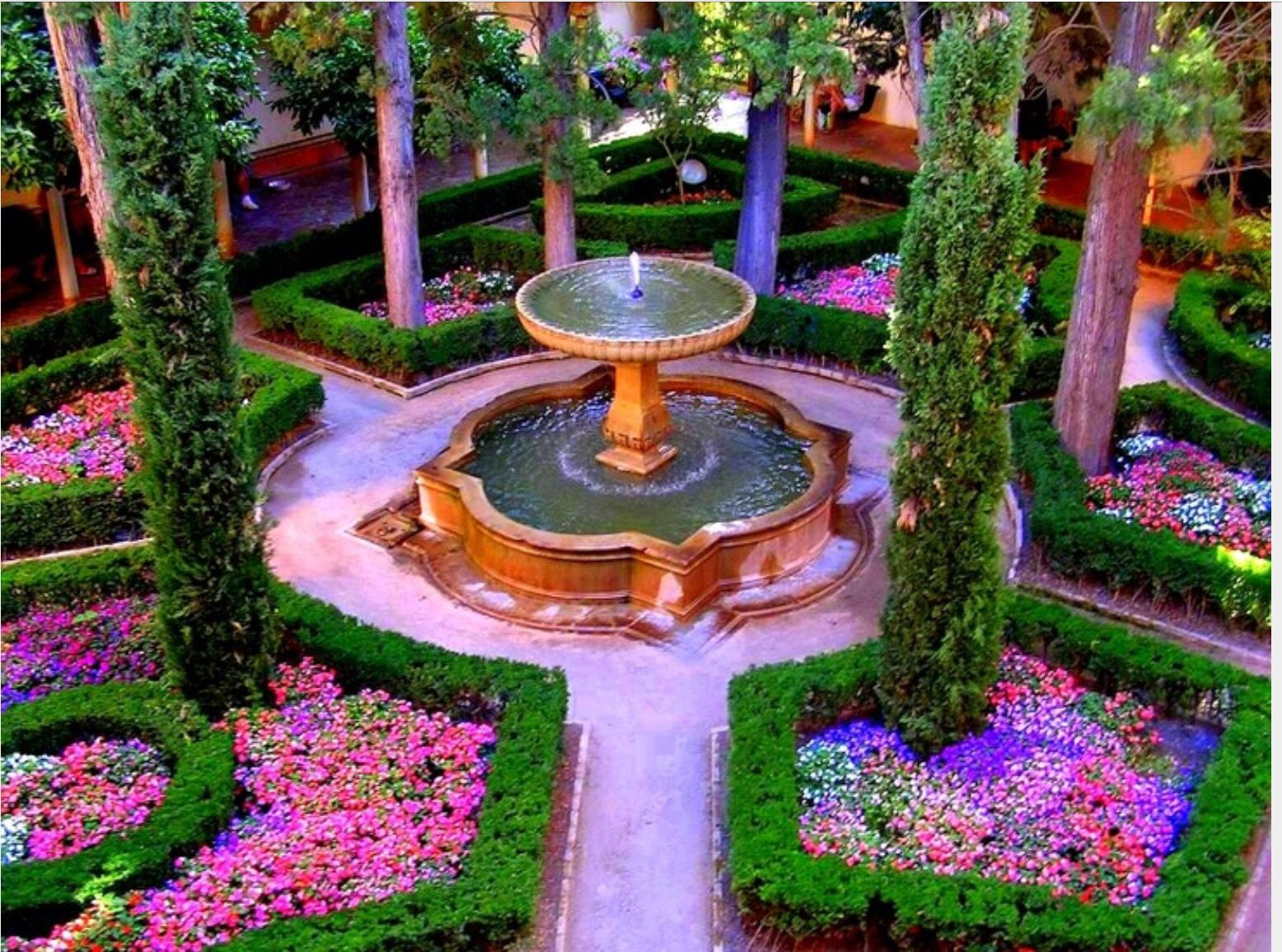 Los jardines en espa a ten an muchas flores con muchas for Diseno de fuente de jardin al aire libre