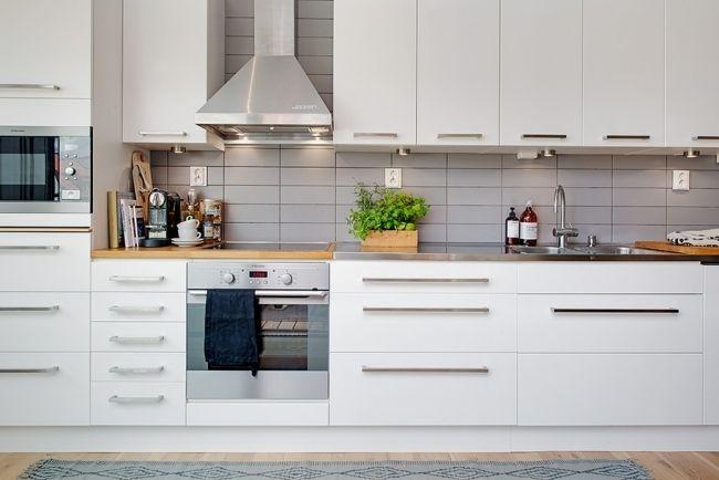 Küchenzeile Matt Weiß Graue Fliesen Küchenrückwand Stahlgriffe