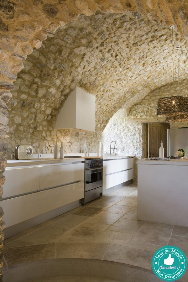 Cuisine Moderne Dans Maison En Pierre: Murs Et Sol En Pierre, Meubles Modernes : Un Beau