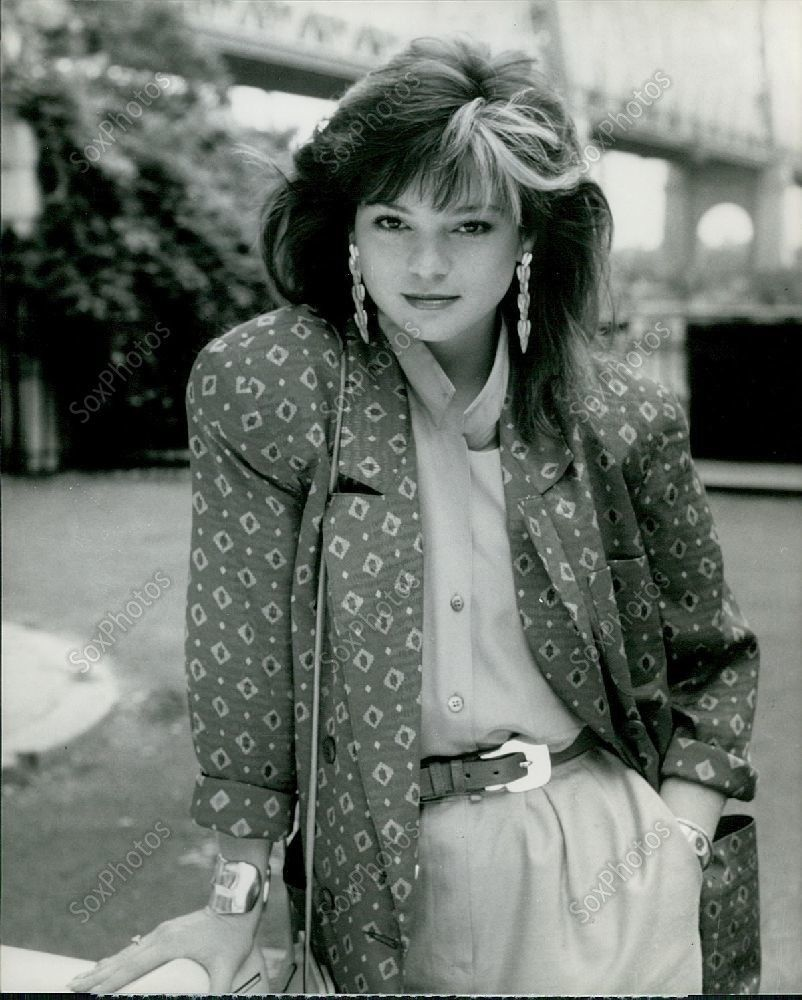Lg59 Beautiful Young Actress Valerie Bertinelli I Ll Take Manhattan Photo Young Actresses Valerie Bertinelli Celebrity Photos