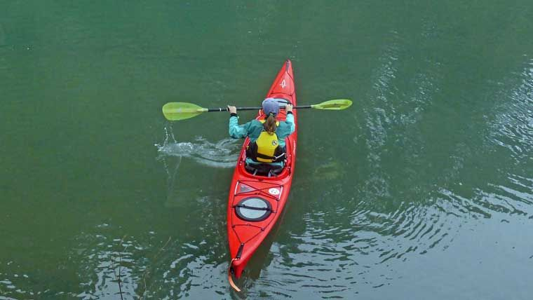 How To Paddle A Kayak A Guide For Beginners In 2020 Kayaking Kayaking Tips Surfing Pictures