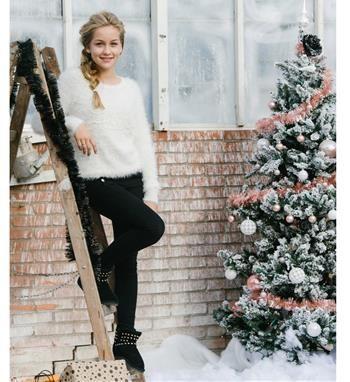 Be a Diva harig gebreide trui model Mila. Deze sweater is voorzien van een tekstapplicatie LOVE met kraaltjes aan de voorzijde - Off white - NummerZestien.eu