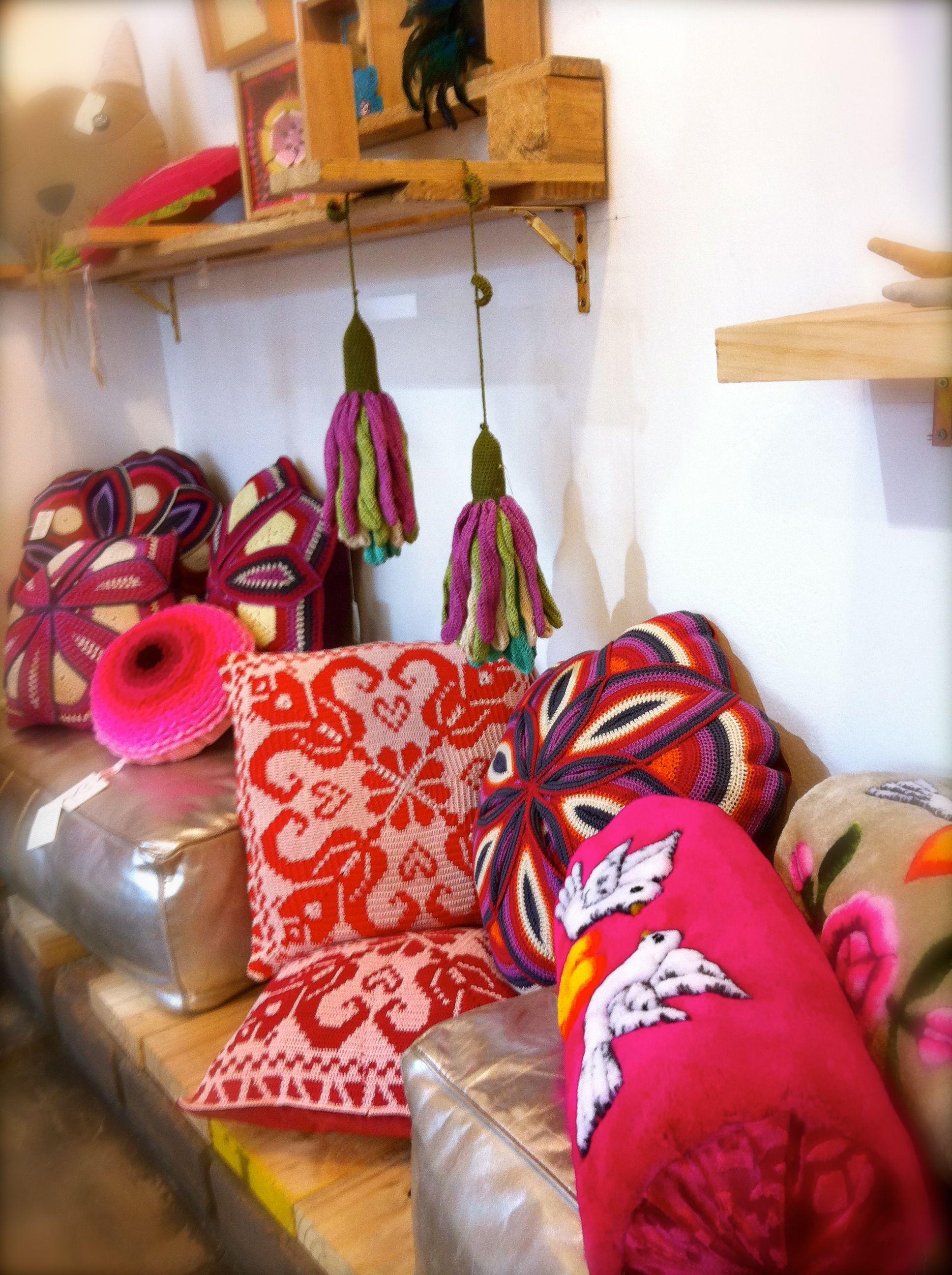 exhibición de cojines en Casacor | Cojines, Tintes ...