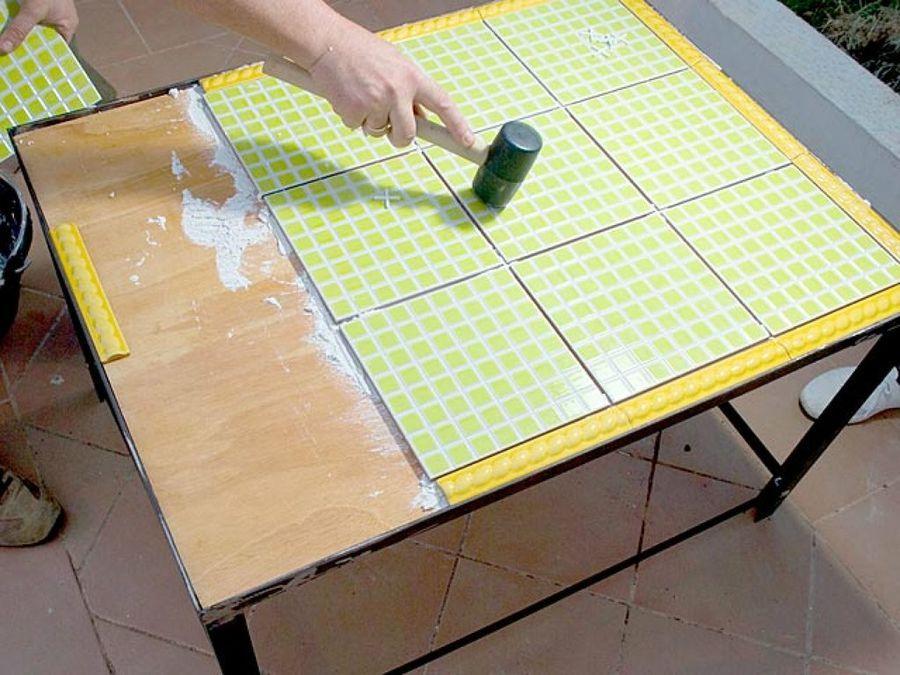 Una mesa diferente para tu jard n de azulejos mesas - Mesas con azulejos ...