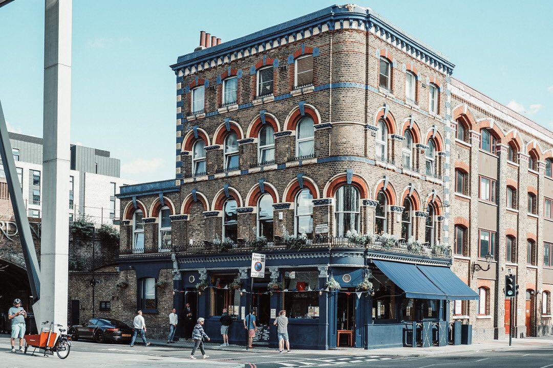 "Hannaë on Instagram: ""#londonthecity#visitlondon#toplondonphoto#londoncityworld#thisislondon#streetstyle#londonlife#londoner#igerslondon#londontown#londoncalling#visitengland#sunnyday#london4all#instadaily#photographyoftheday#art#architecture#design#photography#ukdailyofficial#streetsart#pub#beers#architecture#streetphotography"""