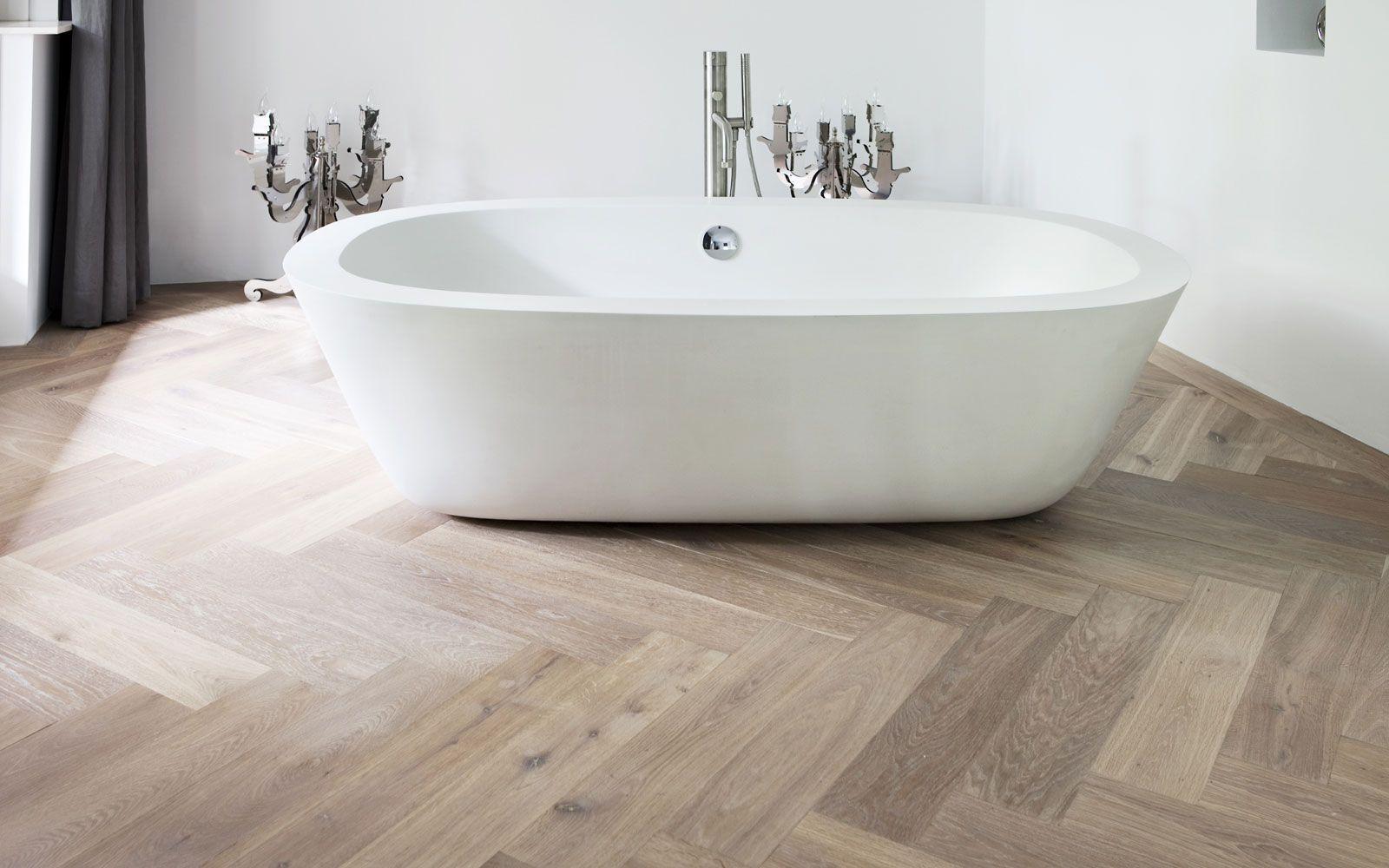 Moderne Visgraat Vloer : Keramiek parket of eiken houten visgraatvloer in de badkamer