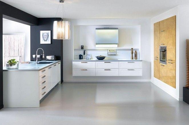 Witte keuken met zwevende kasten en inbouwkastenwand met houten