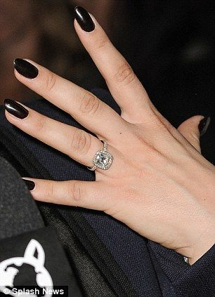 Merveilleux Kaley Cuoco Brightens Up Her Outfit With Her Sparkling Engagement Ring