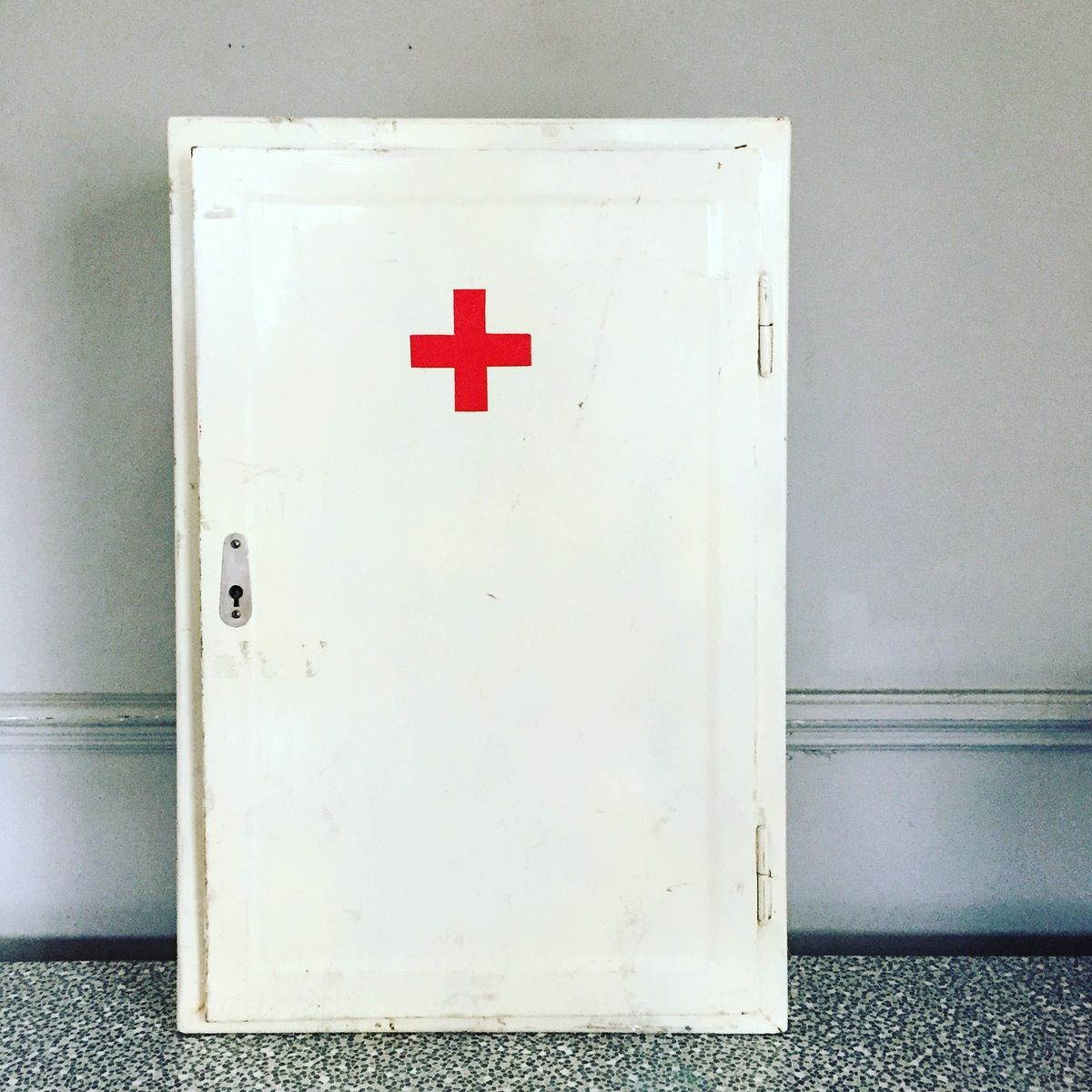 1950 S Cool Vintage White Metal Medicine Cabinet With Glass Doors And Red Cross Wonderful Patina And In Good Vi Glass Cabinet Doors Find Furniture White Metal