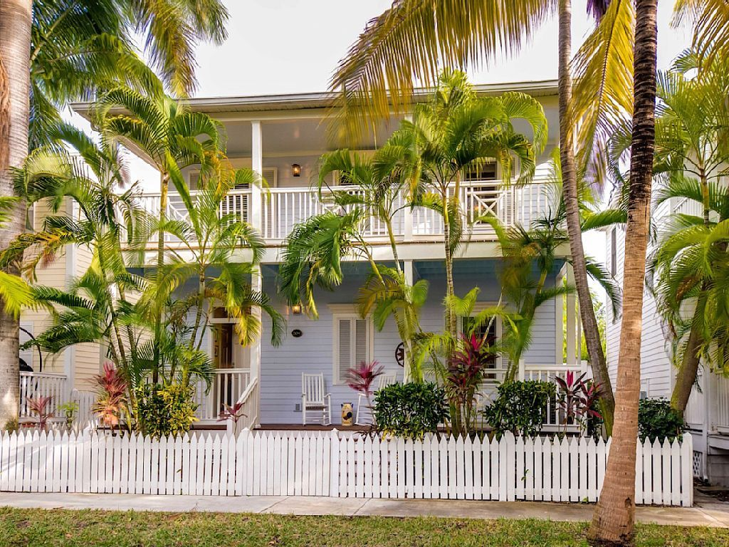 key west in pool bfbe classic featuring deal porch conservation home image yards bed luxury s rental property ha area from beach cottages the covered front shared cottage courtyard