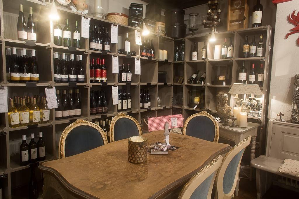 In Murten wat gegeten in een eh... restaurant. Maar je kon er ook van alles kopen. Woninginrichter en restaurant in één. Heel leuk eigenlijk. #photography #travelphotography #traveller #canon #canonnederland #canon_photos #fotocursus #fotoreis #travelblog #reizen #reisjournalist #travelwriter#fotoworkshop #willemlaros.nl #reisfotografie #landschapsfotografie #instalaros #follow #myswitzerland #zwitserland #grandtour #inlovewithswitzerland #murten #lightfestival #fb #restaurant #mooiplekje