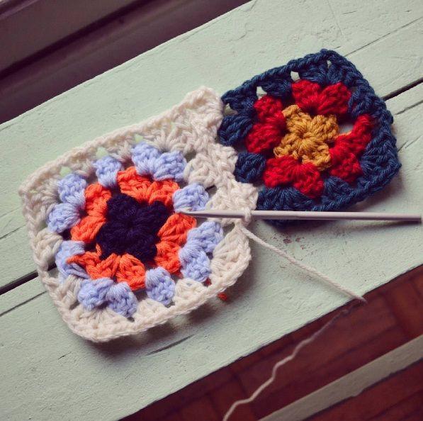 Ideal para quienes nunca han tomado unos palillos es este tutorial de La Tejería para hacer los clásicos cuadrados a crochet. Una técnica simple y rápida para elaborar una manta, un cobertor o una piecera, dependiendo de las ganas.
