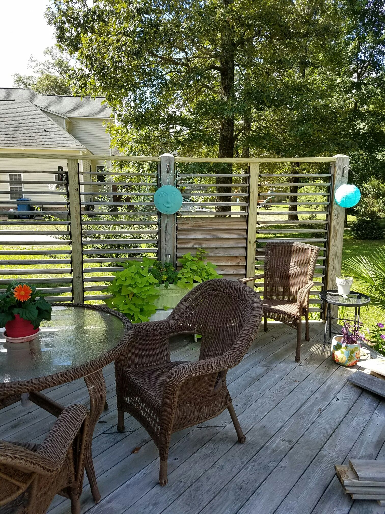 great idea four section louvered privacy wall using flexfence
