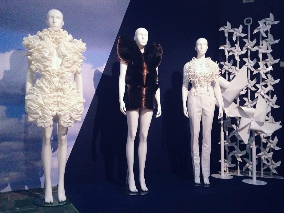 Ode aan de Nederlandse Mode #fashion #thenetherlands #irisvanherpen #beautiful #stunning #design #3dprinting #odeaandenederlandsemode #dutchdesign #dutchfashion #gemeentemuseum #denhaag by cinthiamulders