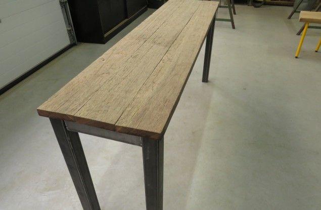 Hoge Side Table.Een Hoge Side Table Gemaakt Van Robuuste Oude Planken En