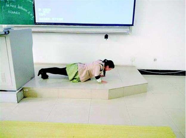 Latest Chinese News Lesson: Teacher doing push ups for being late. Lǎoshī wǎn le yě yào zuò push-up. 老师 晚 了 也 要 做 push-up。 www.gurulu.com