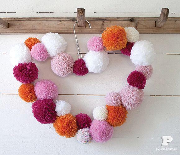 Corona decorativa con pompones de lana trapillo - Como hacer pompones de lana rapido ...