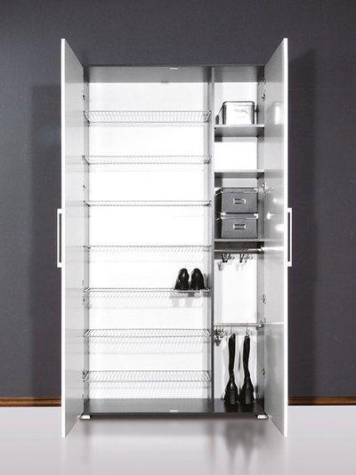 la grande armoire a chaussures grise et