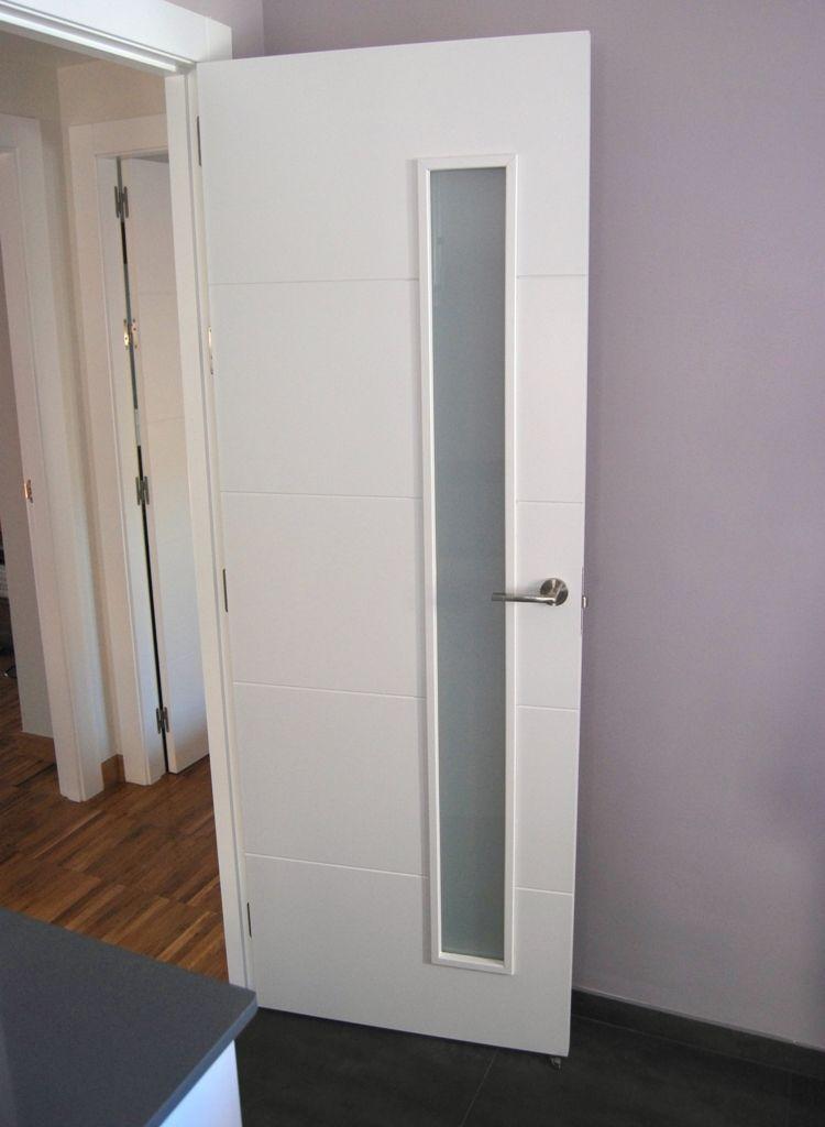Puerta lacada blanca con llagueado horizontal y cristal al for Puertas de aluminio para habitaciones