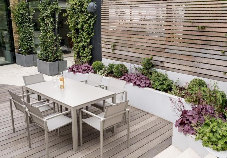 Langer Schmaler Gartentisch Und Betoniertes Hochbeet Mit Pflanzen In 2020 Back Garden Design Garden Design Narrow Garden