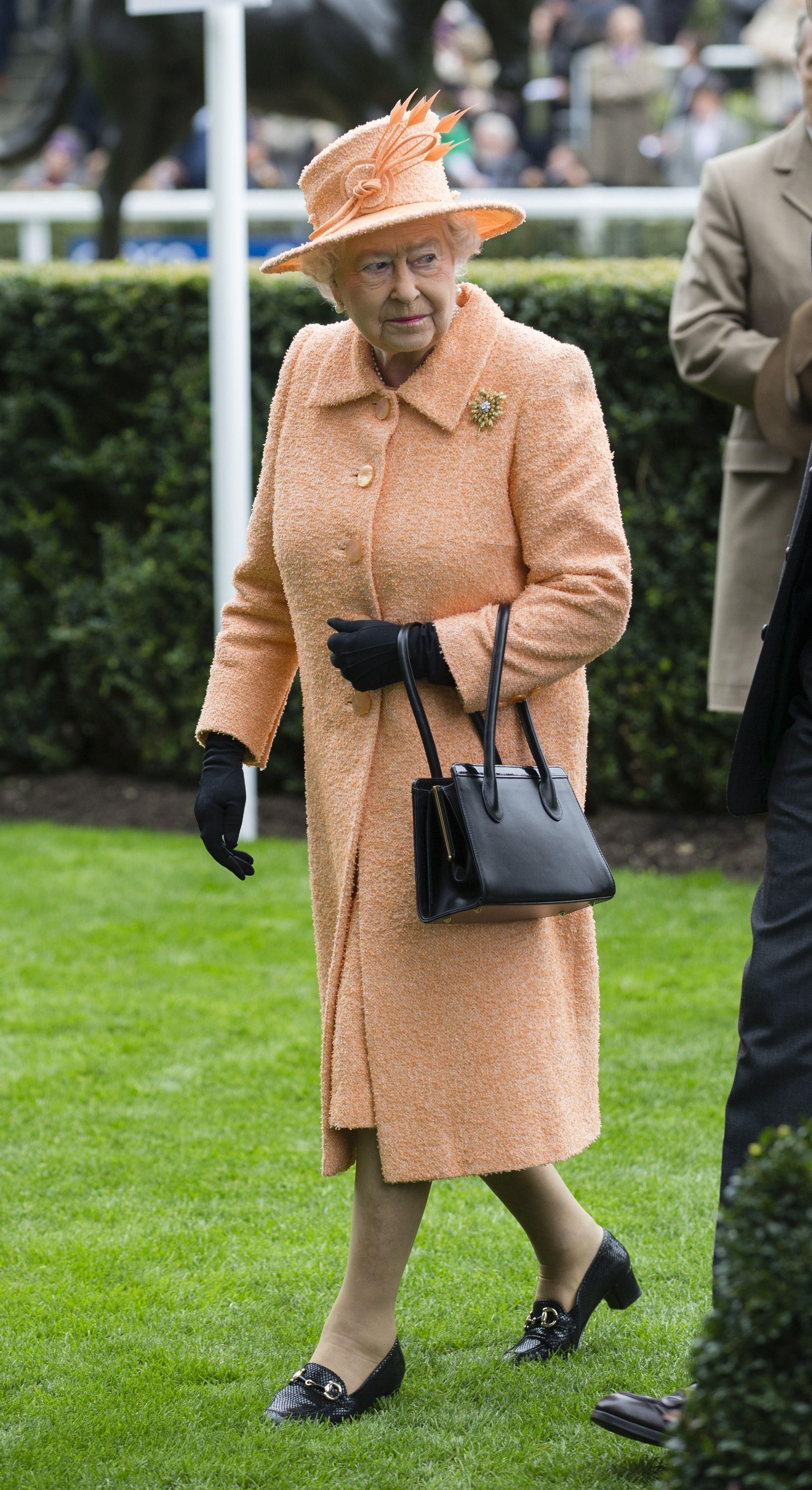 The Real Reason Queen Elizabeth Always Matches Her Shoes And Bags Queen Elizabeth Royal Fashion Wearing Black