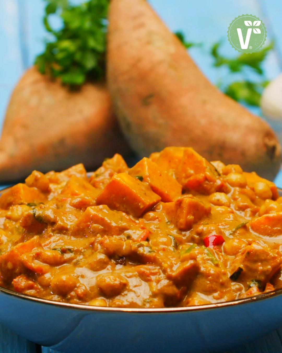 Veganes Süßkartoffelcurry mit Peperoni und Koriander