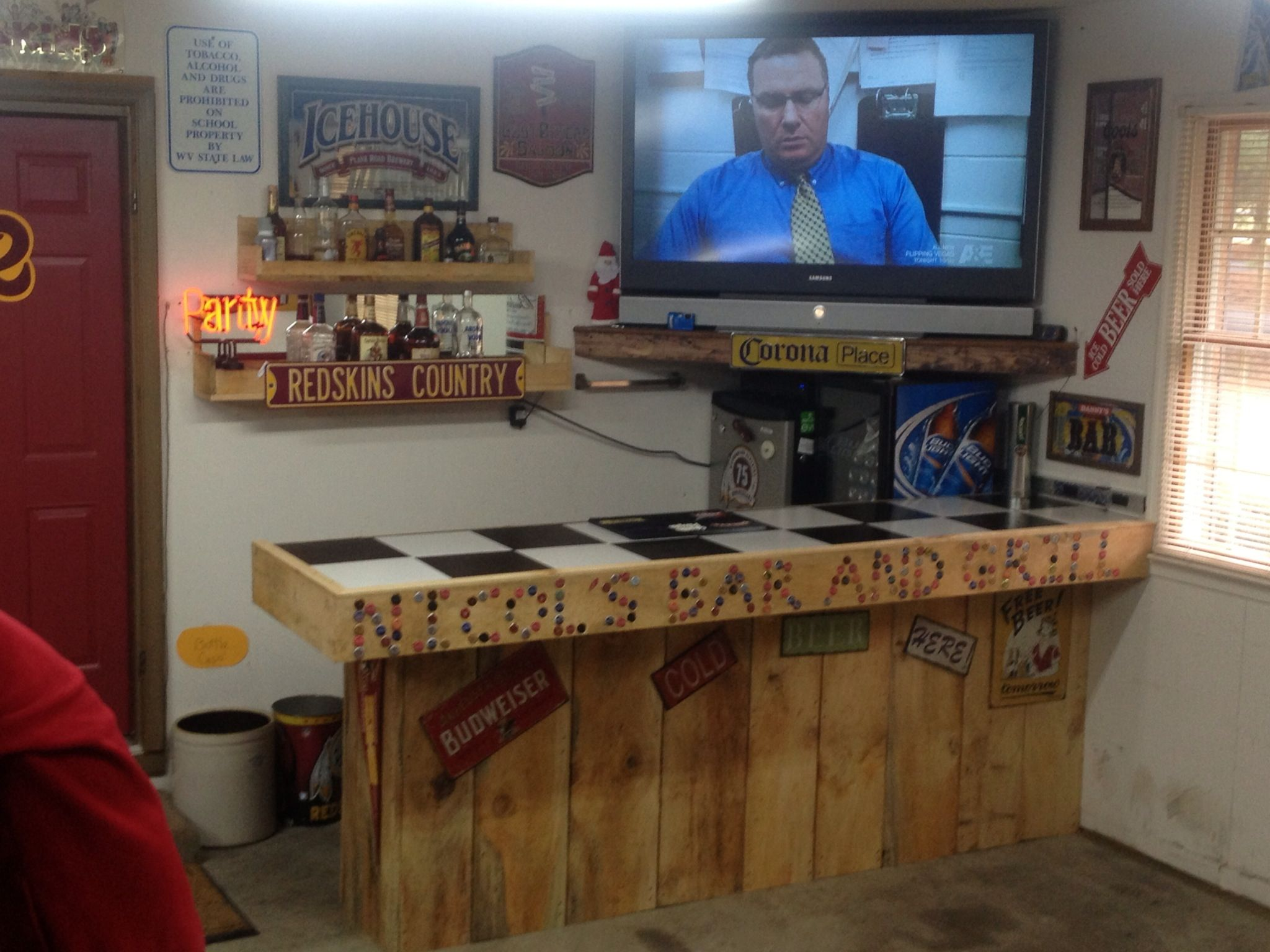 Man Cave Ideas Homemade : Garage bar and bottle cap sign decorating