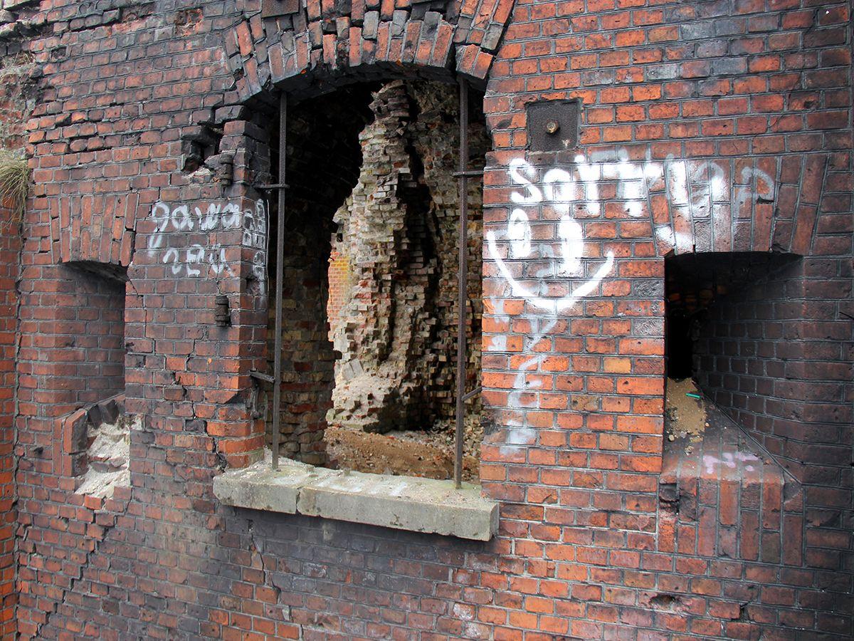 Некоторые стены форта № 8 в трещинах