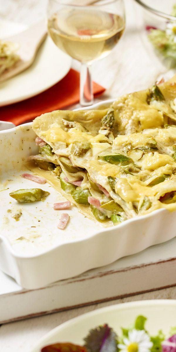 Du magst Lasagne? Nudelplatten und grüner Spargel und gekochter Schinken in einer hellen Sauce wechseln sich bei dieser Variante ab. Denn Abschluss bildet eine goldgelbe Käsekruste.
