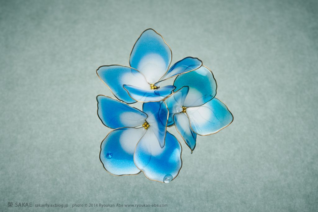 Photo by Ryoukan Abe (www.ryoukan-abe.com)         2014 紫陽花 簪【 水の器・紺碧 】 Japanese hair accessory - Hydrangea Kanzashi - by Sakae, Japan