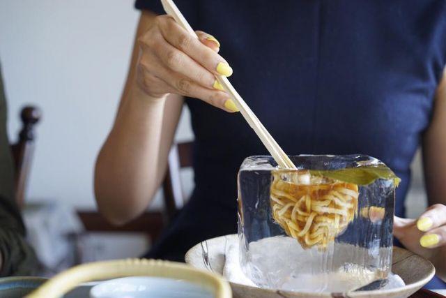 氷鉢で魅せる涼しさ 京都天ぷら松の冷やしうどんそうめんにひと目惚れ